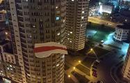 Как вывесить национальные флаги между домами?