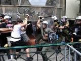 Перед греческим парламентом полиция атаковала демонстрантов