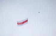 Над проспектом Независимости запустили в небо бело-красно-белый флаг