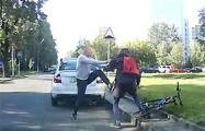 Видеофакт: В Минске водитель набросился на велосипедиста прямо на проезжей части
