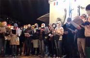На «площади Перемен» минчане хором поют национальные песни