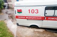 Фотофакт: В Пинске «скорая помощь» провалилась в дорожную яму