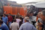 Упавший с платформы экскаватор задавил семь человек в Турции