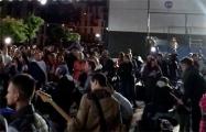 Жители Новой Боровой собрались во дворе и поют песни