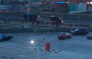 Видеофакт: В районe метро «Грушевка» минчане выстроились в цепь и аплодировали