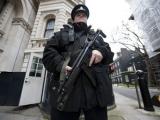 Британской полиции разрешили отнимать у хулиганов айподы