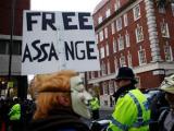 Основателя WikiLeaks освободили под залог