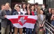 Студенты юрфака БГУ под бело-красно-белым флагом поют «Тры чарапахi»