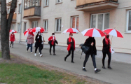 Минчанки с бело-красно-белыми зонтами прогулялись по Минску