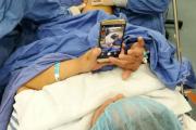 Взволнованной пенсионерке разрешили пользоваться соцсетями во время операции