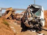 В Испании пассажирский поезд столкнулся с самосвалом