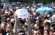 Революция онлайн: В Армении демонстранты садятся на землю перед машинами