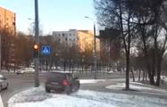 В Гродно Porsche на российских номерах объехал светофор по газону
