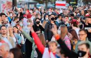Тысячи протестующих идут в сторону стелы «Минск — город-герой»