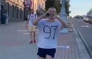 По Минску пробежал парень в майке с надписью «97%»