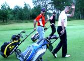Андрей Мезин в отпуске играет в гольф