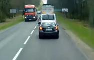 Белорусов в Польше заставили собирать мусор, который они выкинули на обочину