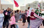 На площади Независимости люди танцуют белорусские народные танцы