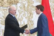 Лукашенко утвердил президентские стипендии 495 студентам