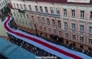По улицам Гродно пронесли огромный бело-красно-белый флаг