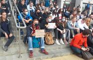 «Мы сидим за тех, кто сидит!»: как протестуют белорусские студенты