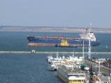Сильный шторм мешает зайти в порт танкеру с нефтью для Беларуси