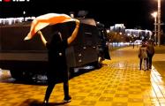 Минчанин с национальным флагом потроллил водомет лукашистов