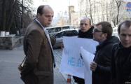 Белорусский дипломат в Киеве вызвал против пикетчиков полицию, но та не приехала
