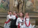 Четверо британцев приклеились к статуе в здании парламента