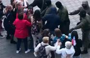 На акции на Немиге женщины не давали задержать друг друга