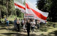«Немецкая волна»: Белорусы протестуют против снесения крестов в Куропатах
