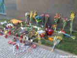 Поляки несут цветы к посольству Нидерландов