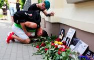Минские фанаты Linkin Park продолжают нести цветы к посольству США