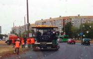 «Как будто ждали»: В Могилеве укладывают асфальт под первым за несколько недель дождем