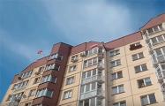 Жители минской многоэтажки устроили флешмоб с флагами