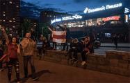 Возле ТЦ «Рига» минчане стоят с бело-красно-белым флагом