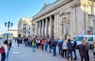 Фотофакт: Сотни минчан стоят в очереди за билетами в музей по $5