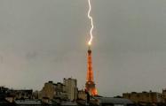 В Эйфелеву башню попала молния