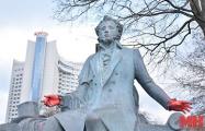 В Минске разрисовали красной краской подарок мэрии Москвы