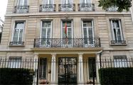 В Париже над посольством Беларуси установили бело-красно-белый флаг