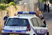 Французская пара наркоманов выводила знакомого гулять на поводке