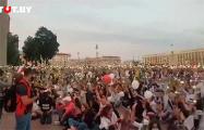 Тысячи белорусов включили фонарики напротив Дома правительства