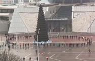 Протестующие водят хороводы возле Национальной библиотеки в Минске