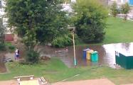 Видеофакт: После дождя житель Барановичей плавал в луже возле многоэтажки