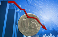 Российский рубль дешевеет к доллару, игнорируя нефть