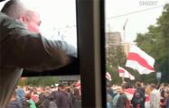Пожилой мужчина из автобуса - протестующим: Молодцы! За вами будущее!