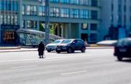 Фотофакт: Старушка перебегает восьмиполосный проспект в центре Минска