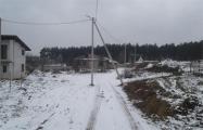 Фотофакт: В белорусском поселке опоры электролинии построили прямо по центру дороги