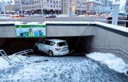 Появилось видео момента резонансного ДТП на Комаровке, где внедорожник упал в подземный переход