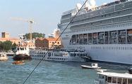 В Венеции круизный лайнер врезался в причал